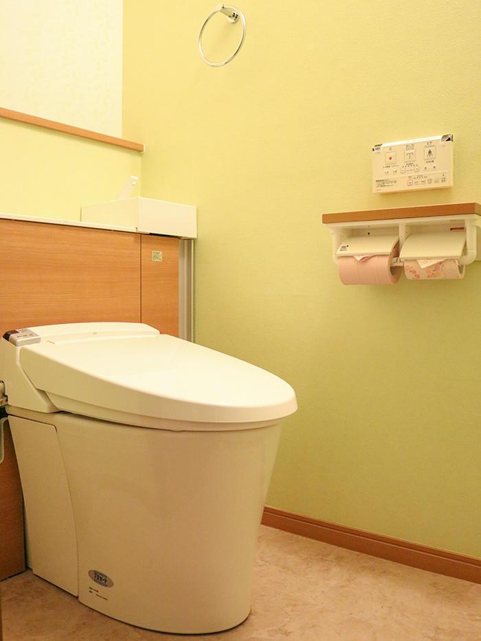 ゆったりとした空間を演出するタンクレス風トイレ