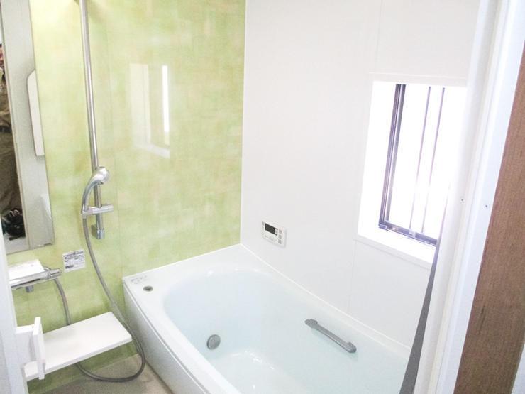 淡い緑に包まれた安らぎの浴室と収納たっぷり洗面台