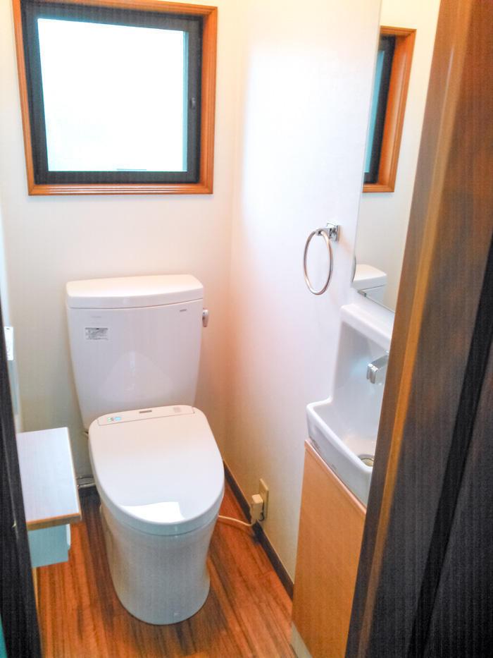 清潔感のある白でまとめた明るいトイレ空間