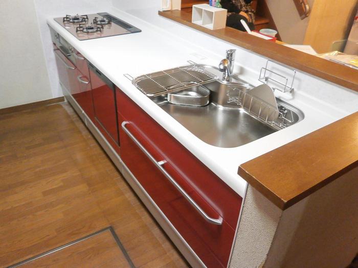 炊飯器や大量の調理道具も全てきれいに収納するキッチン