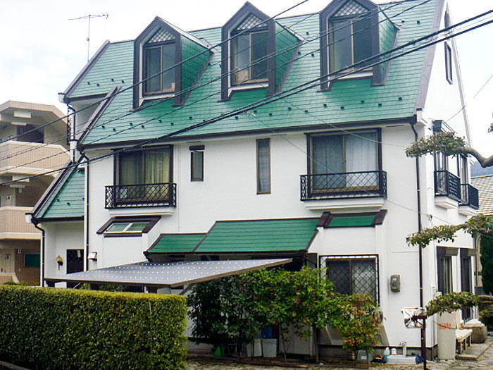 鮮やかな緑と濃い茶色で塗装し引き締まった屋根
