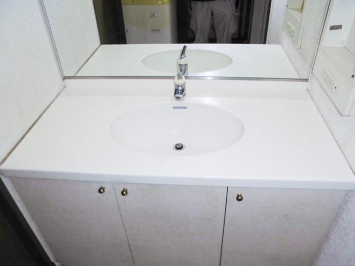 ひび割れた洗面所を低コストで美しく