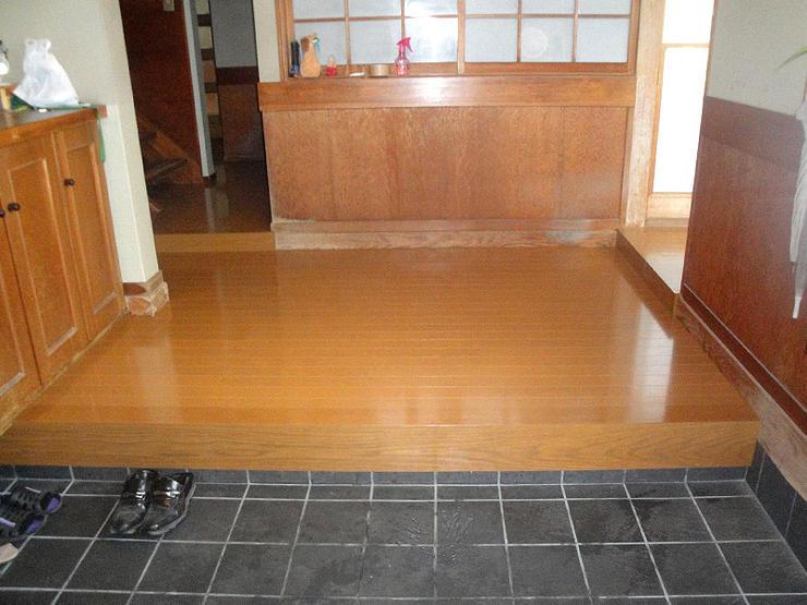 内装の雰囲気を壊すこと無く玄関の床を張替え