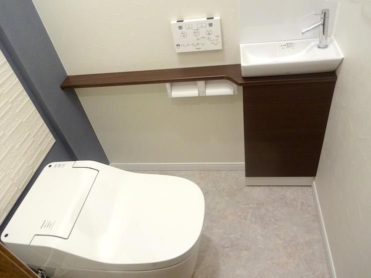 タンクレス便器とスマートな手洗いで広々としたトイレ空間