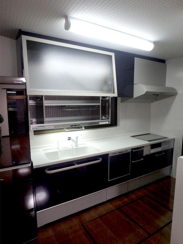 人造大理石のトップで掃除のしやすいキッチンに