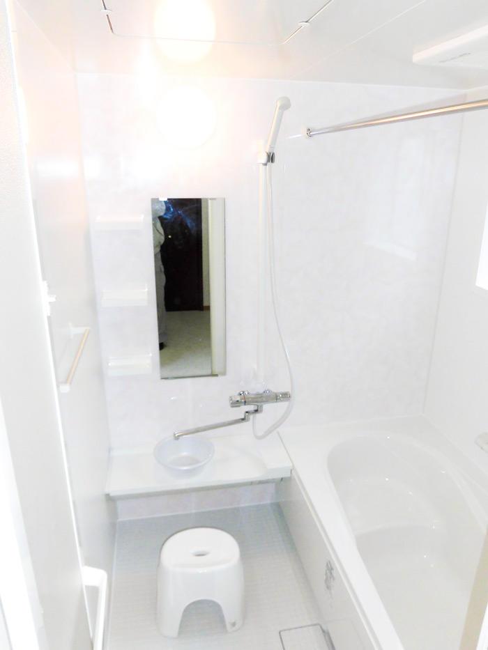 広々として動きやすく負担も軽減される浴室