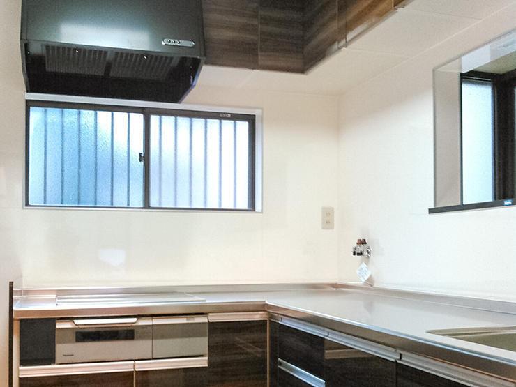 素材や色にこだわった明るく掃除しやすいキッチン空間