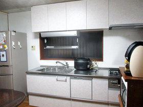 使う人の身長に合わせて吊り戸を低くしたキッチン