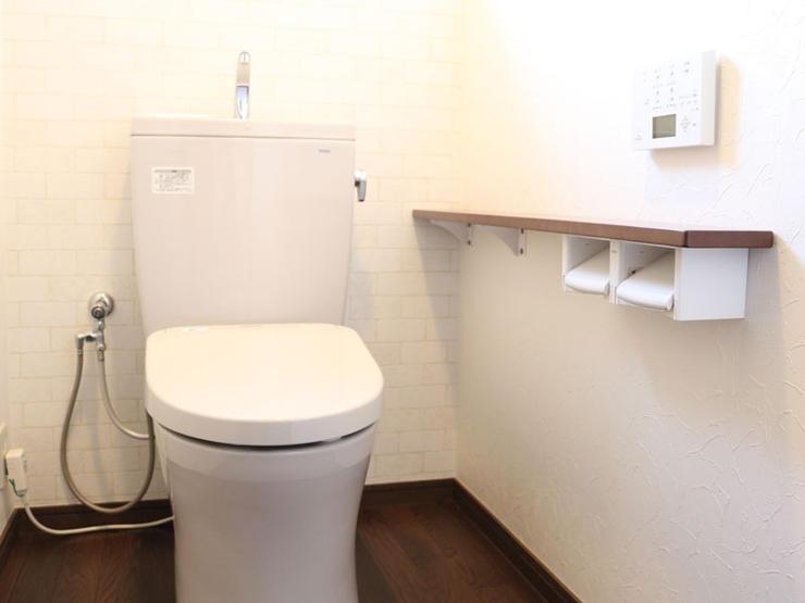 機能性のある壁紙とタイル柄の壁紙を貼り分け、明るく落ち着いた雰囲気になったトイレ