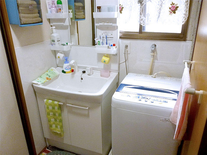 既存の窓を利用できるようリフォームして明るくなった洗面所