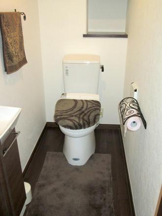 ブラウンとホワイトでシックにまとめた新トイレ