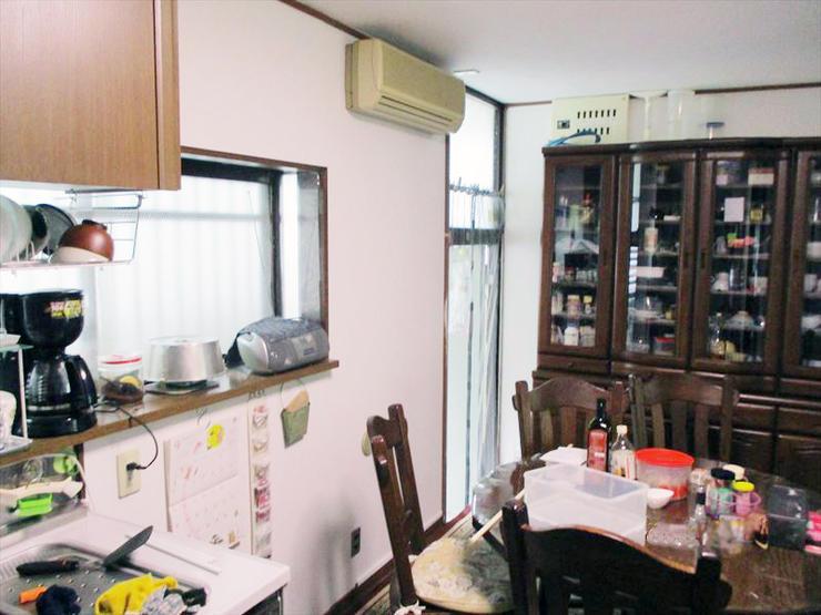 天井と壁を清潔感のある白に揃えたダイニングキッチン