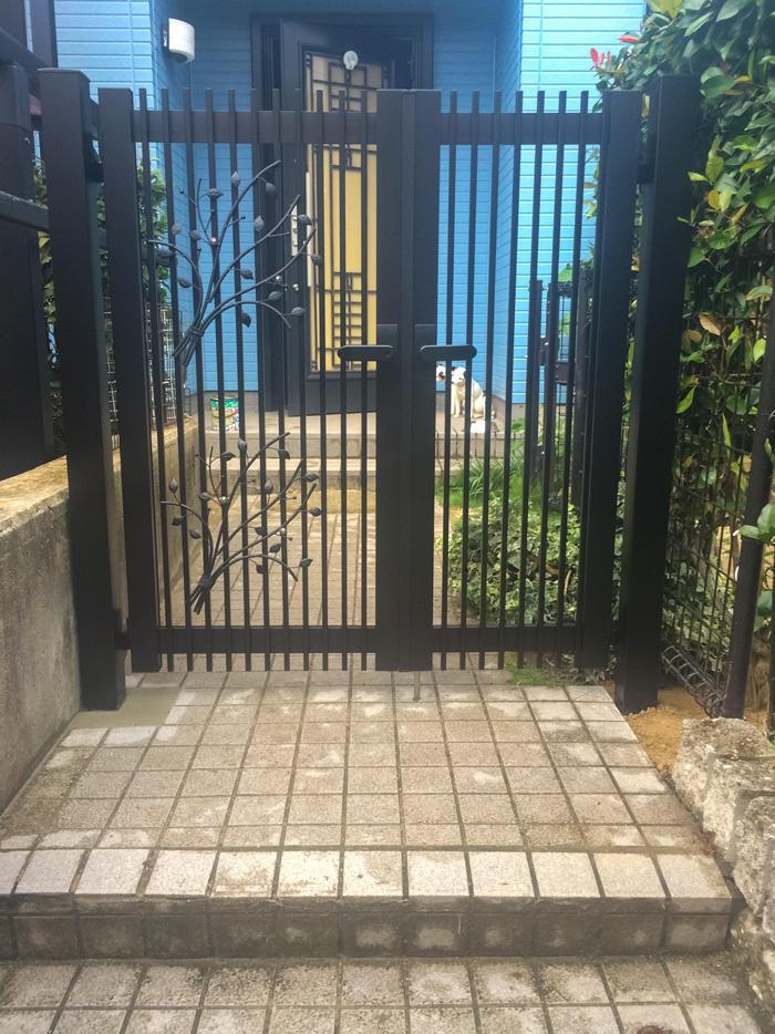 小型犬脱走防止のための隙間に配慮した門扉