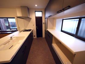 以前のI型キッチンと比べ、明るく開放的で動きやすくなったペニンシュラ型キッチン