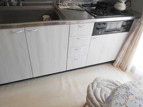 白色のシートで明るい雰囲気になったキッチン扉
