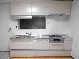 明るいカラーのお掃除がしやすいキッチン