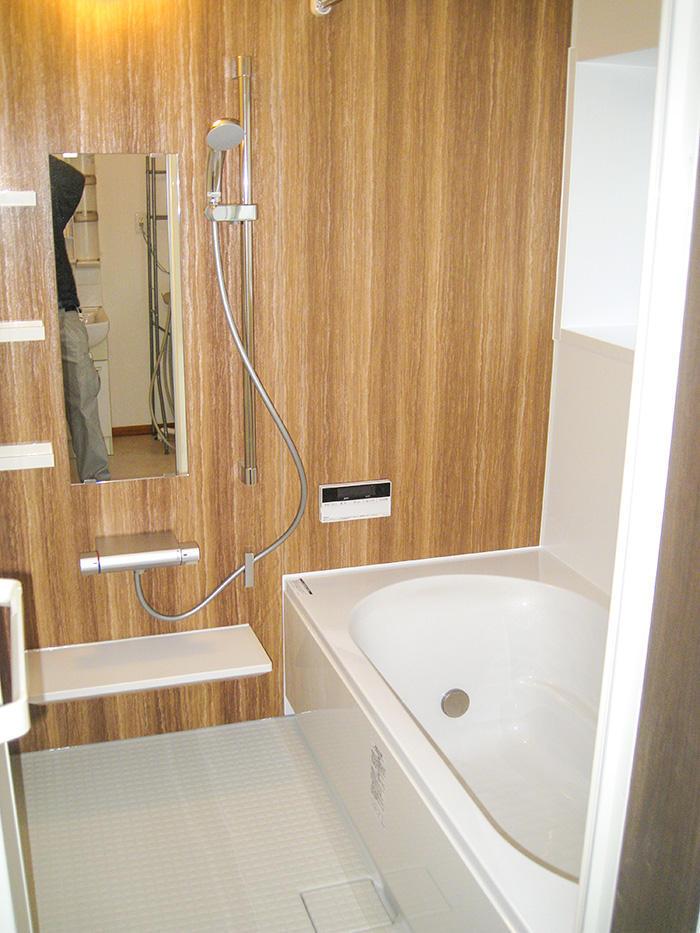 木目パネルが心安らぐ掃除のしやすい浴室