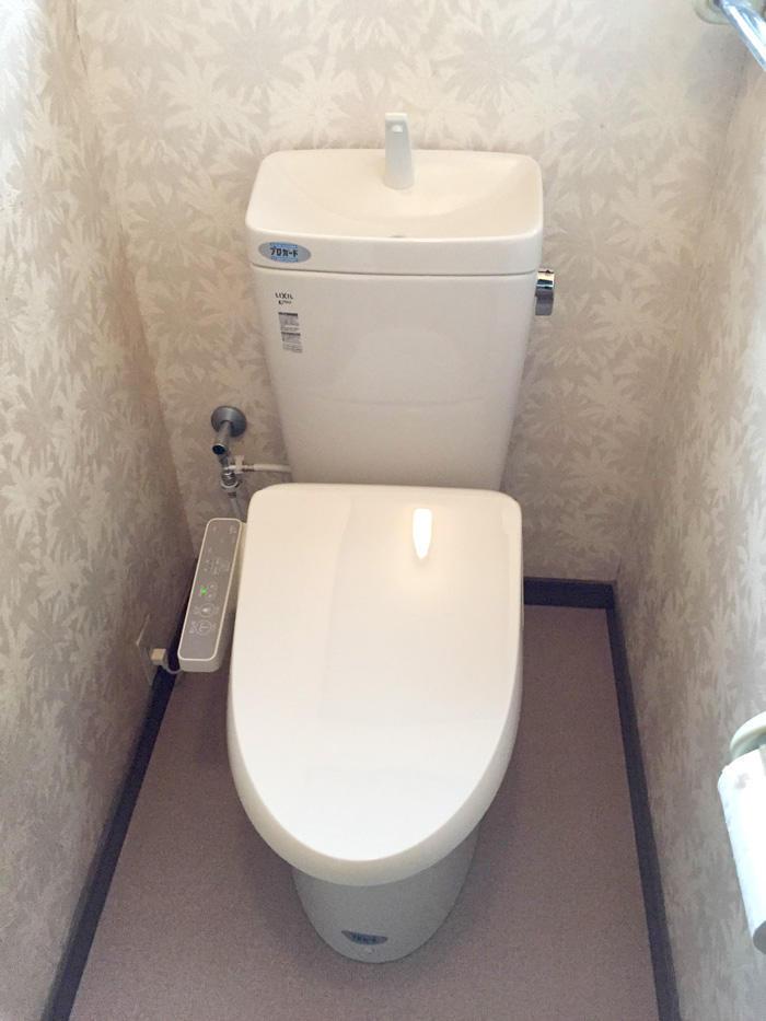 敷居にあわせて高さを変えたトイレ