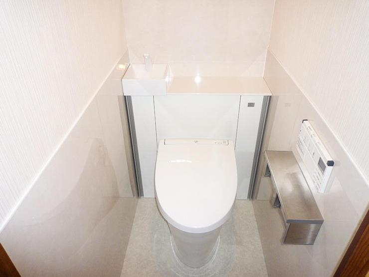 タンクレス風で手洗いもついたすっきりレイアウトのトイレ