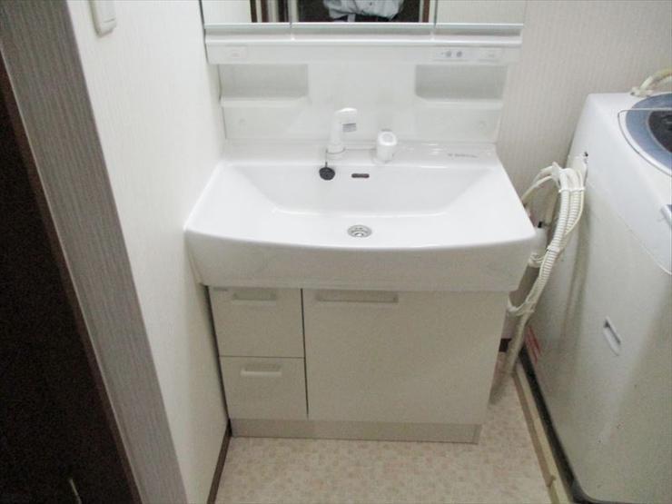清潔感あふれるホワイト基調の洗面空間
