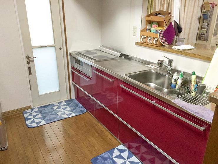 ワインレッドが白い壁紙に映えるキッチン空間