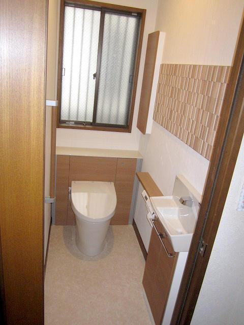 収納力を上げエコカラットで快適空間に仕上げたトイレ