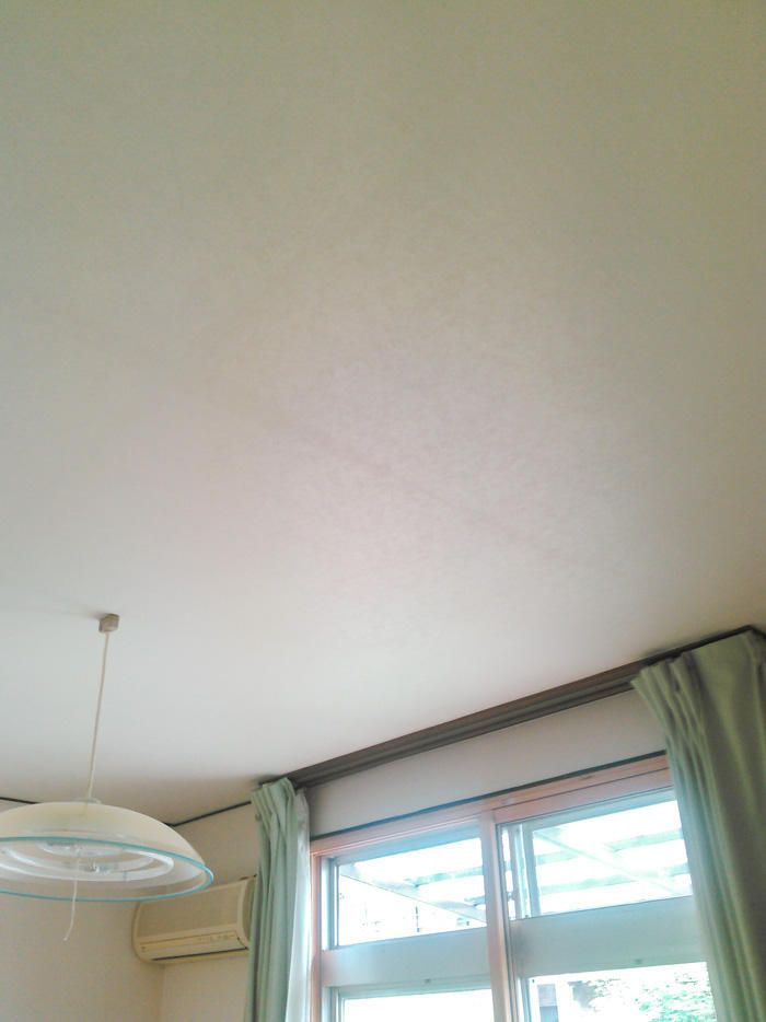 明るい壁紙で部屋の印象も明るく