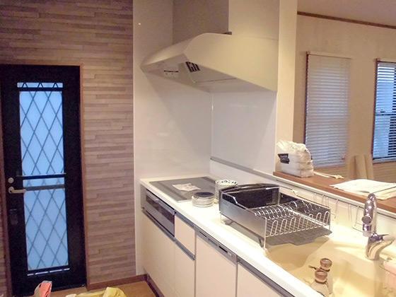 棚裏収納を備えた木のぬくもりを感じるキッチン