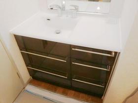 収納が多く、広い天板で使い勝手の良くなった洗面台