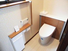 買い置き品も掃除用具もスッキリ!収納を充実させたトイレ