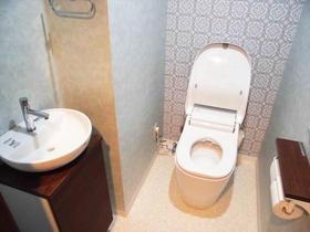 壁紙にアクセントを取り入れ、オシャレなトイレ空間に