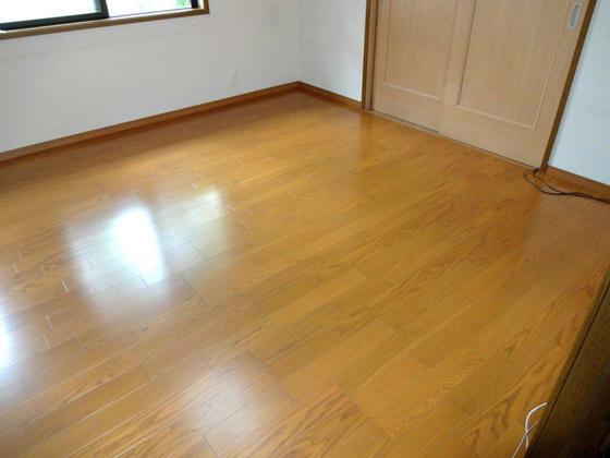 足元から部屋全体が温かくなるオール電化の床暖房