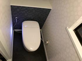 黒系と白系のクロスでまとめた、個性的でお洒落なトイレ空間