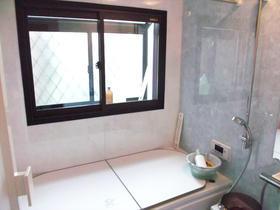 複層ガラスでカビも気にならない快適なバスルーム
