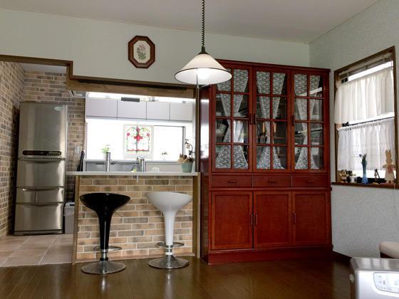 趣味のステンドグラスに合うアンティーク調のキッチン