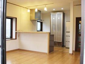 間仕切りを撤去し、光が差し込む開放的な対面キッチンに