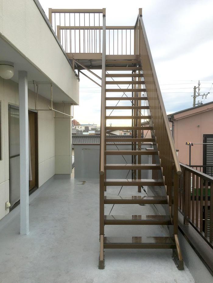 夏はBBQ、冬は富士を満喫できる屋上への階段