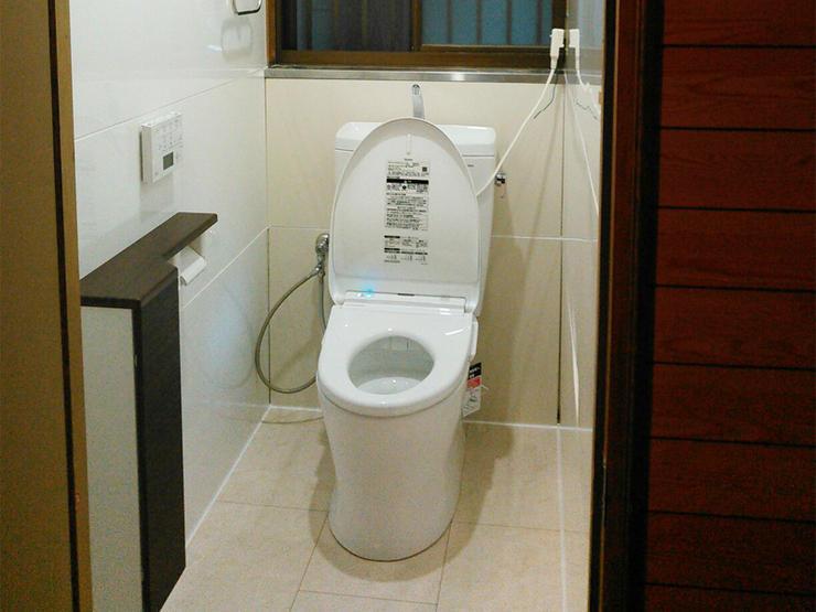 お手入れの楽な明るいトイレ。仕上げはお客様ご自身で!
