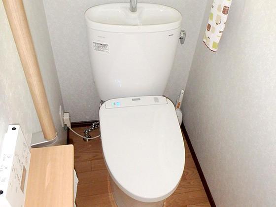 手すりやカウンターでいつまでも使いやすいトイレに