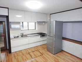 昇降式の吊戸棚で収納力アップ!明るく清潔なキッチンスペースに