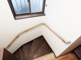 階段の上り下りも安心な、お客様に合わせて取り付けた手すり
