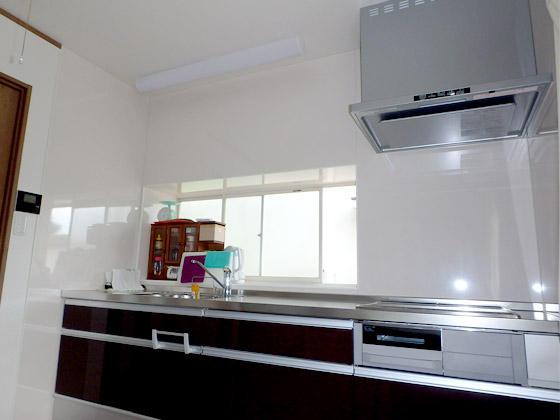 L型キッチンから収納力・開放感のあるI型キッチンへ