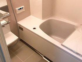 柱に対応したユニットバスで、ぴったり納まった浴室