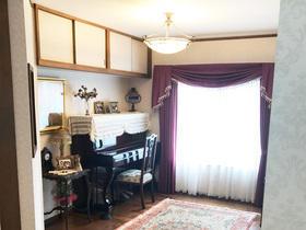 和室からステンドグラスが似合う英国アンティーク風の洋室に