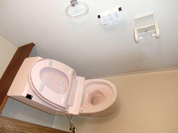 配管を移設し縁のない便器で清掃性と利便性を向上させたトイレ