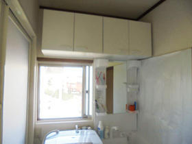 吊戸棚を設け収納を拡大。空間もスッキリした洗面スペース