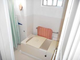 すべりにくい床シートで安心!明るくお手入れも楽になったバスルーム