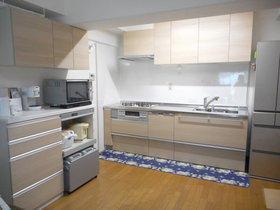 壁側にカップボードを取り付け、広くなったキッチン空間