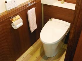 腰壁パネルがアクセント。収納スペースも確保した温かみのあるトイレ空間