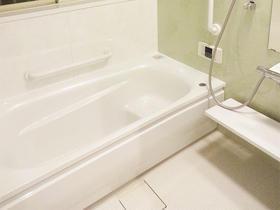 ボーテグリーンをアクセントに、清潔感のある明るいバスルーム